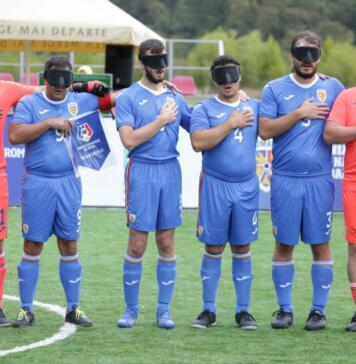 Jucătorii Romaniei canta imnul inainte de startul meciului cu Grecia