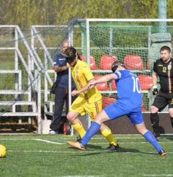O faza de joc din timpul meciului dintre Romania și Grecia, din 2019, în care un jucator al Romaniei il depaseste pe cel al Greciei.